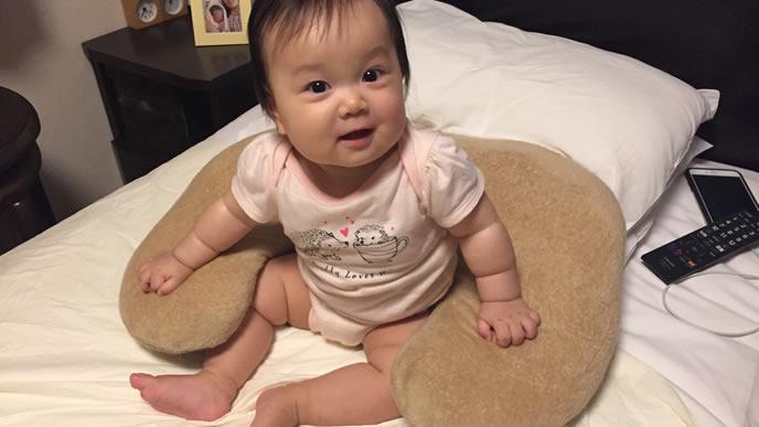 クッションが大好きな笑顔の赤ちゃん