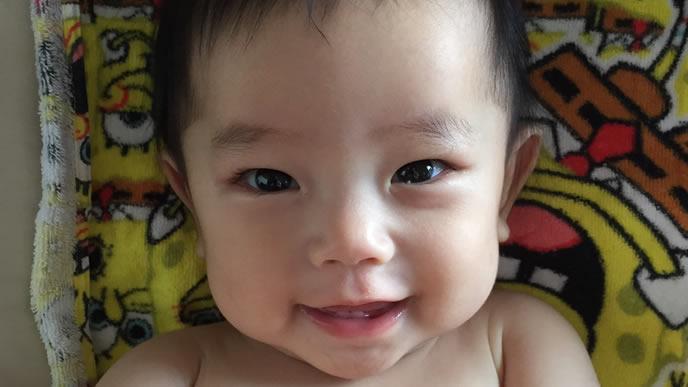 キラキラした目のイケメン赤ちゃん