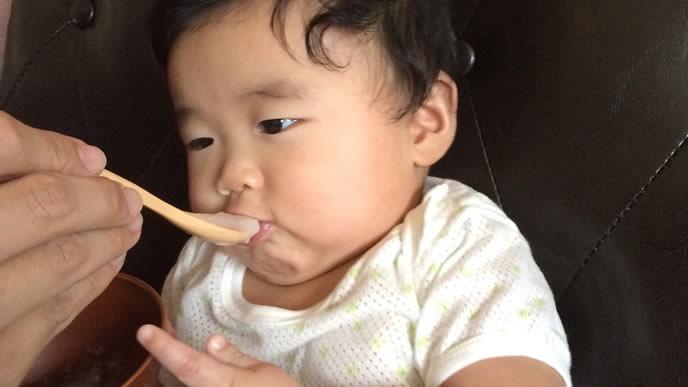 少し苦手な離乳食を食べる赤ちゃん