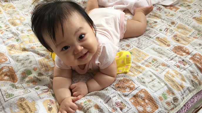 写真撮影のために笑顔になる赤ちゃん