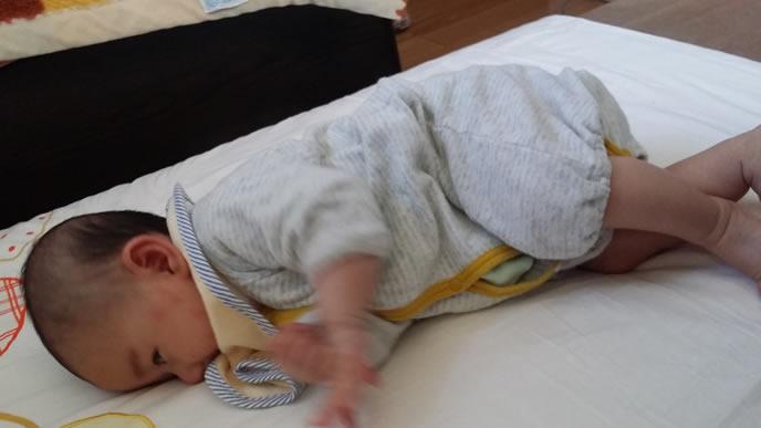 お布団にゴロンと寝返りをうつ赤ちゃん