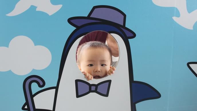 水族館で記念撮影をする一重の赤ちゃん