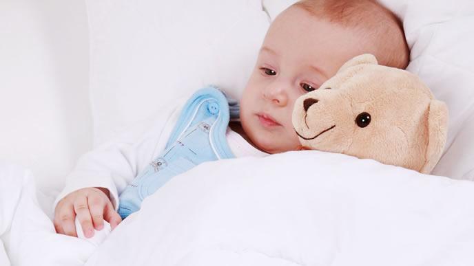 黄昏なきをクマさんに慰めてもらう赤ちゃん