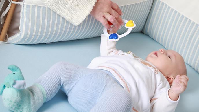 脳機能が上がりおもちゃを楽しむ赤ちゃん