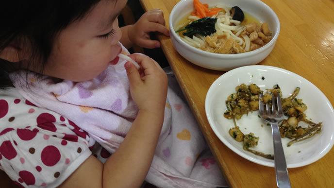 離乳食を食べるのに疲れた赤ちゃん