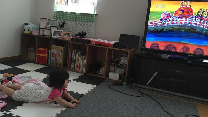 テレビに夢中になる赤ちゃん