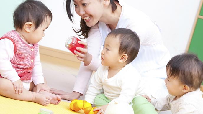 赤ちゃんに語りかける保育士