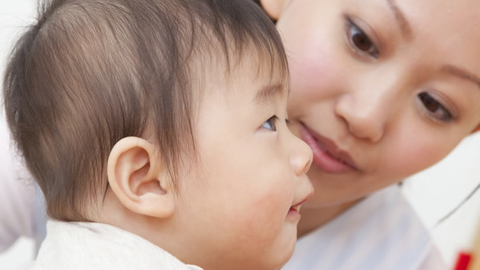 言葉を話さない赤ちゃんを心配するママ