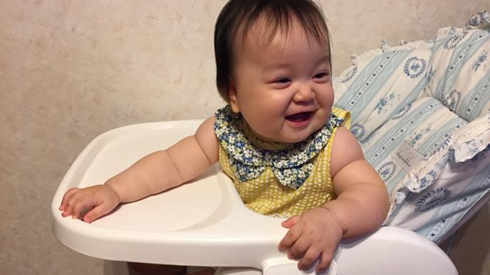 イスに座りご機嫌な赤ちゃん