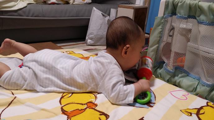 ガラガラで一人遊び中の赤ちゃん