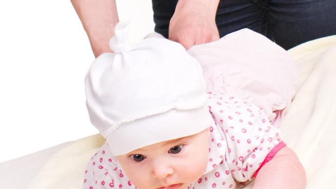 おむつ交換に少しだけ抵抗する赤ちゃん