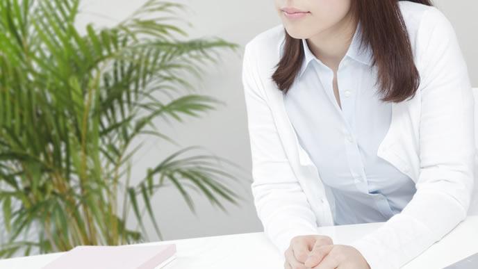 陣痛の仕組みを調べる女性