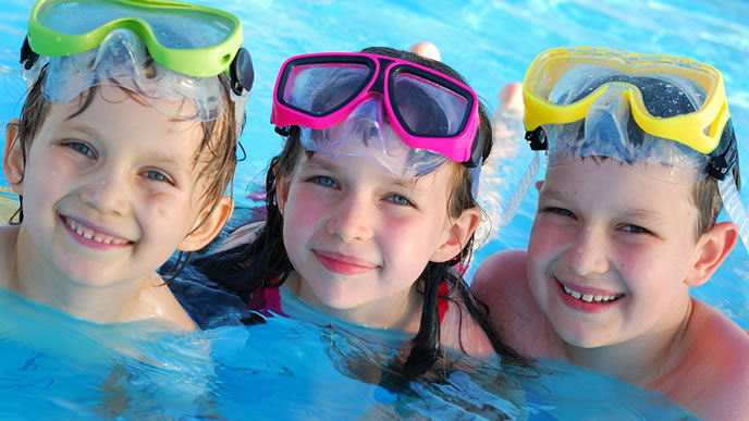 プールで遊ぶ三つ子の兄弟
