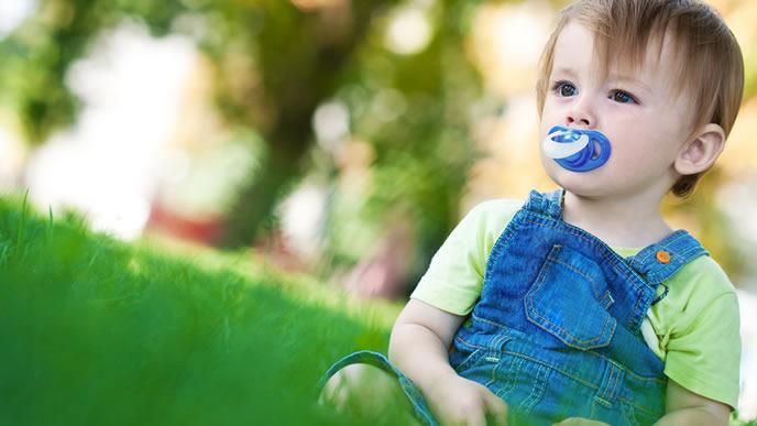 外を見つめる考え事中の赤ちゃん