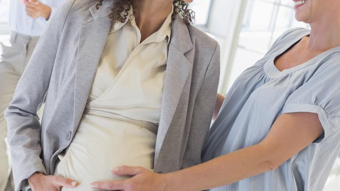 赤ちゃんの産み分けについて同僚と話しをする妊婦