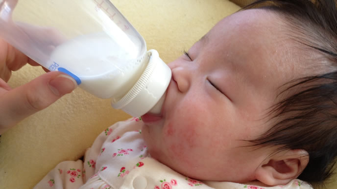 ミルクを飲み満足げに寝る赤ちゃん