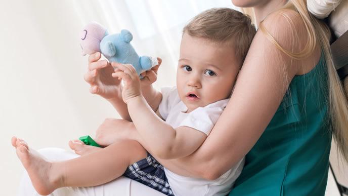 おもちゃで遊ぶドイツ生まれの赤ちゃん