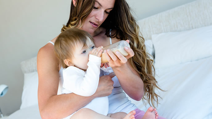 試供品の粉ミルクを飲む赤ちゃん