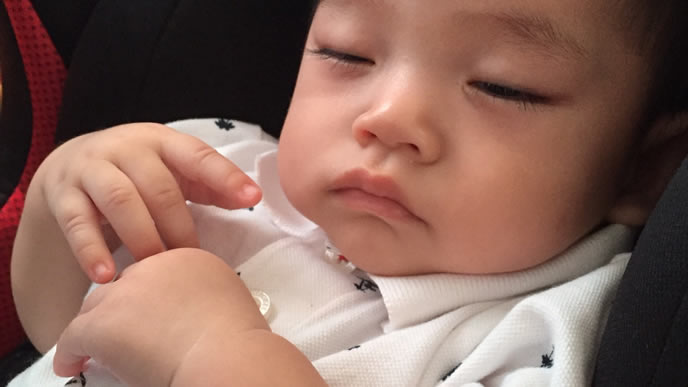 いつも同じ方向で寝る絶壁頭の赤ちゃん