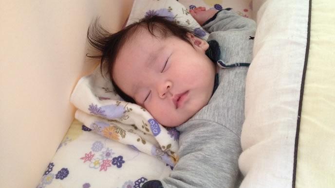 頭に合わせた枕で寝る赤ちゃん
