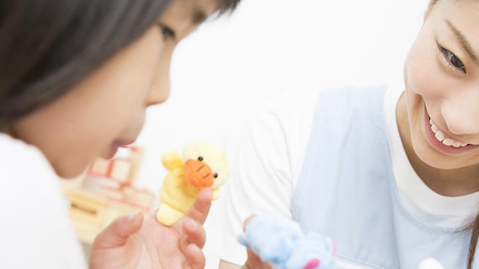 保育士と遊ぶ牛乳アレルギーの女の子