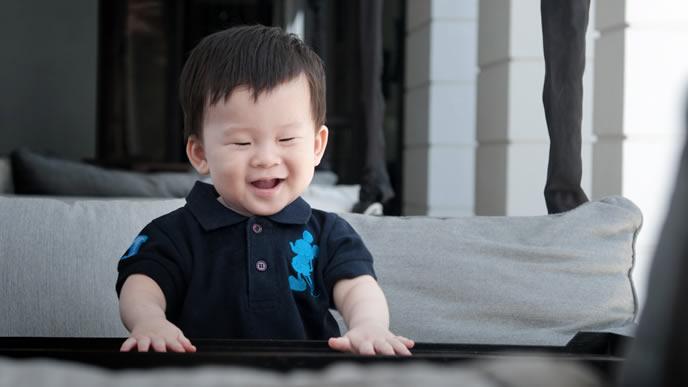 牛乳が飲めると大喜びの赤ちゃん