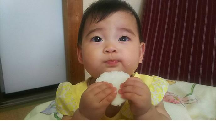 初めて食べる離乳食に感動する赤ちゃん
