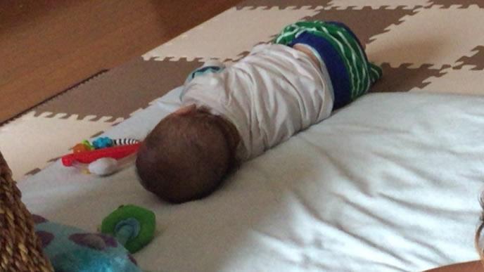 部屋の隅っこでぐったり横たわる赤ちゃん