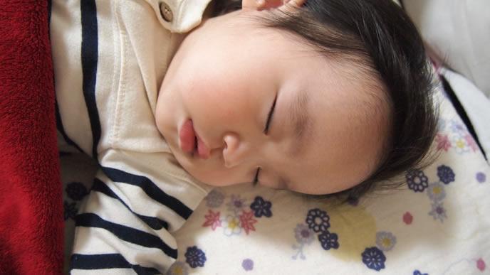 歯ぎしりしながらお昼寝する赤ちゃん