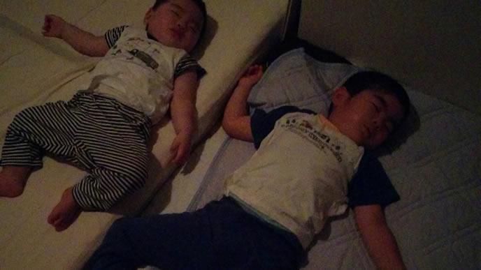 同じ姿勢で寝る兄と弟