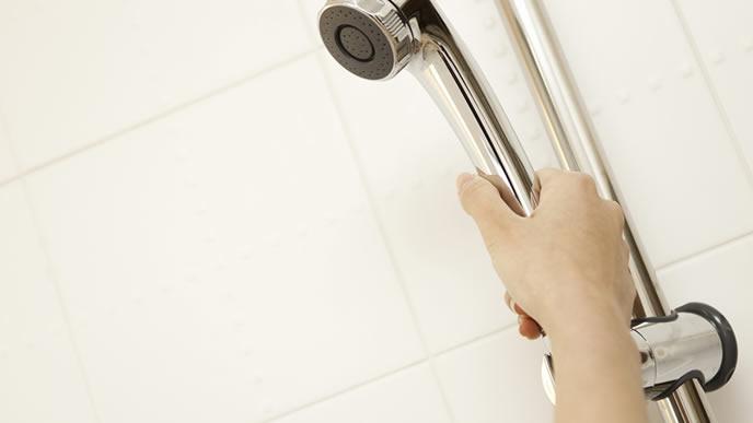 断乳中のためシャワーで体を流すママ