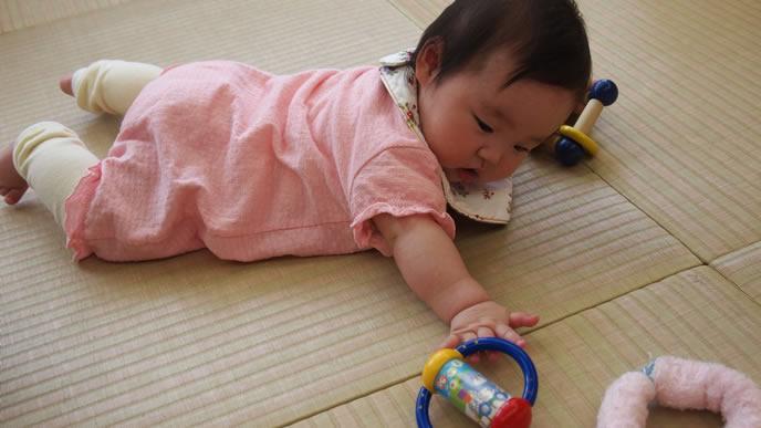 待機児童になり家庭で遊ぶ赤ちゃん
