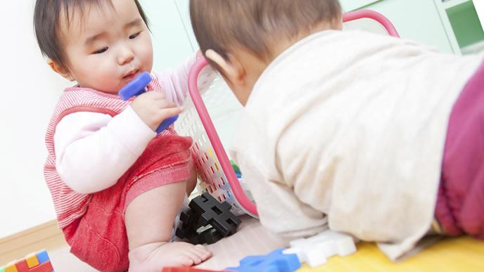 保育園の中で友達と遊ぶ赤ちゃん