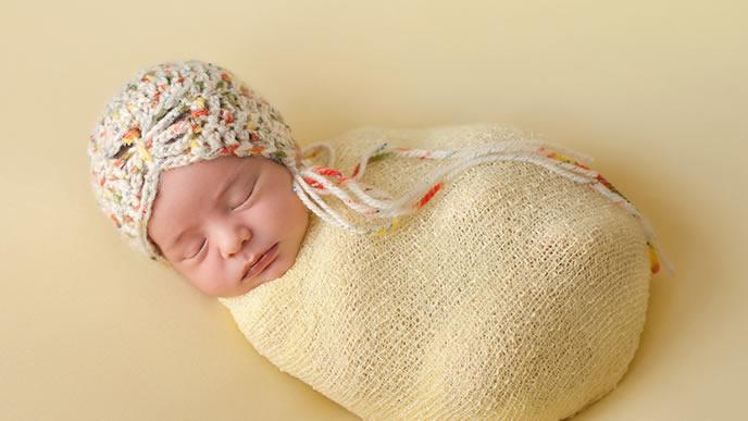 おくるみと一体化して眠る赤ちゃん