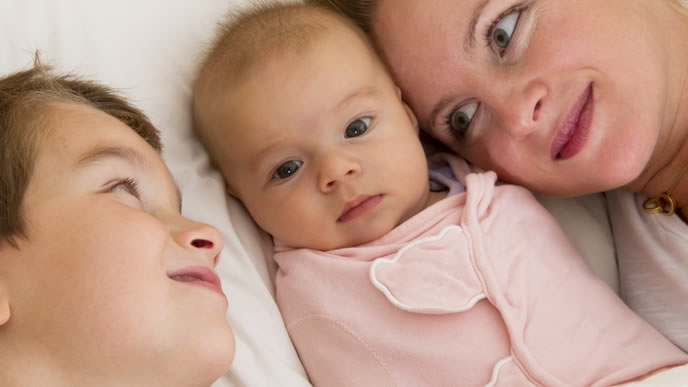 ママと兄に見守られる赤ちゃん
