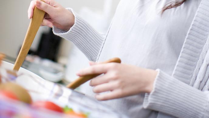 栄養バランスを考えながら食事を作るママ