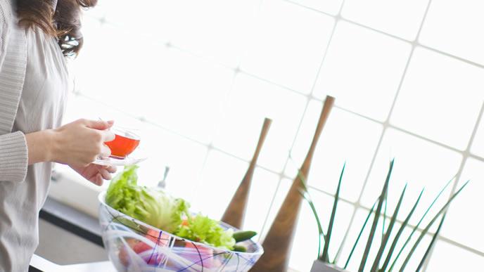 夕食のサラダを準備する妊婦