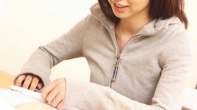 妊娠糖尿病のママへのリスクを確認する女性