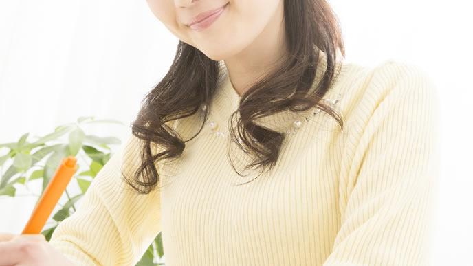 産後の栄養バランスについて考える女性