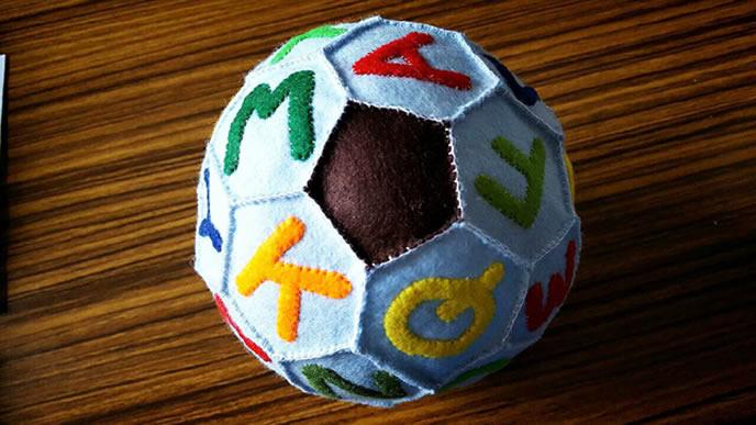 A~Zまで揃ったアルファベットのサッカーボールの画像