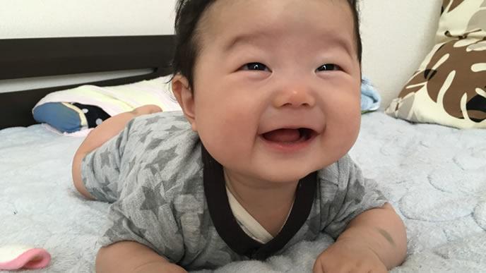 笑顔で粉ミルクを飲みたいアピールする赤ちゃん
