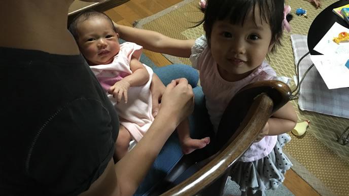 赤ちゃんを可愛がるお姉ちゃん