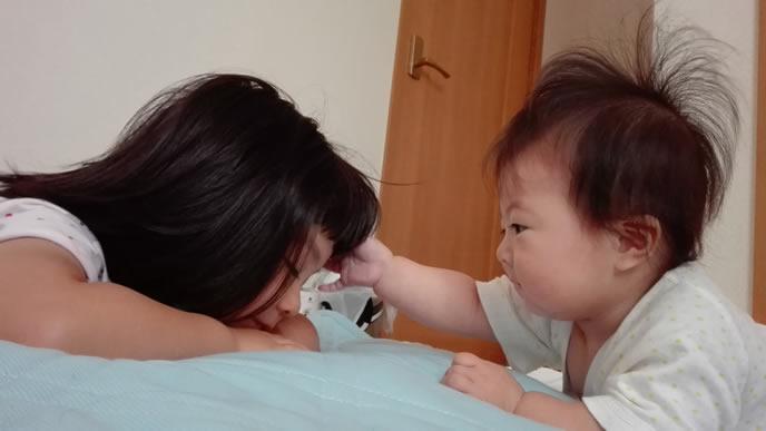 姉の頭に興味がある赤ちゃん