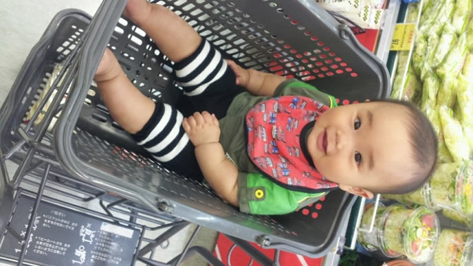 お買い物中のスーパーのカゴに乗っかる赤ちゃん