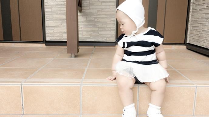 自宅の玄関で何かを見つめる赤ちゃん