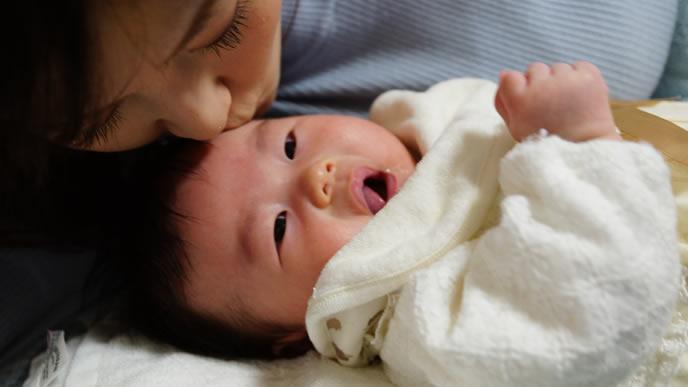 ママにキスしてもらい大喜びの赤ちゃん
