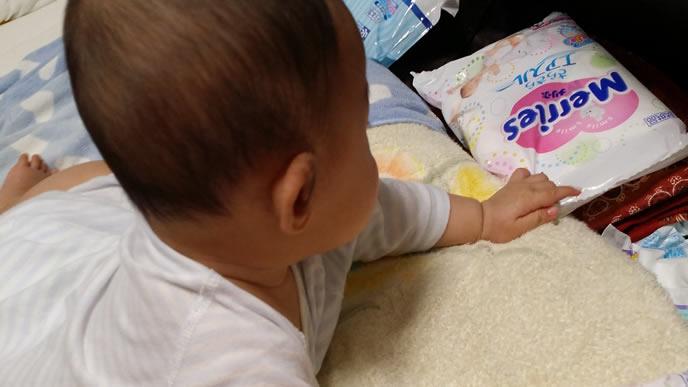 自分のおむつをおもちゃにする赤ちゃん