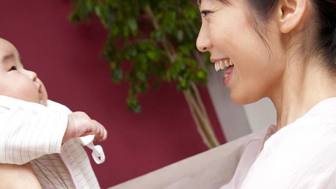 ミルクをあげた後に赤ちゃんと一緒に遊ぶママ