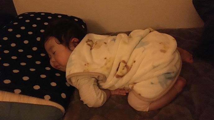 うつ伏せ寝で顔がつぶれる赤ちゃん
