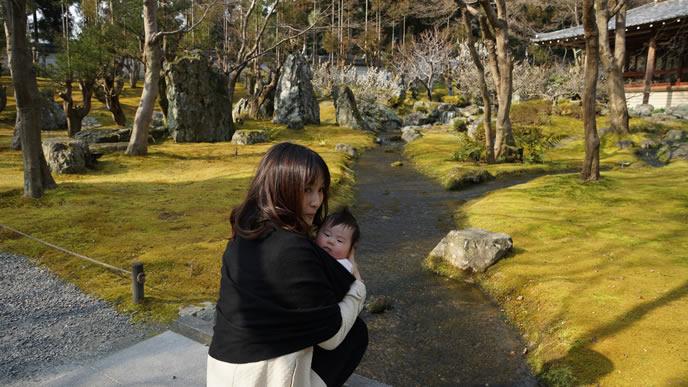 突発性発疹が治り赤ちゃんとおでかけするママ